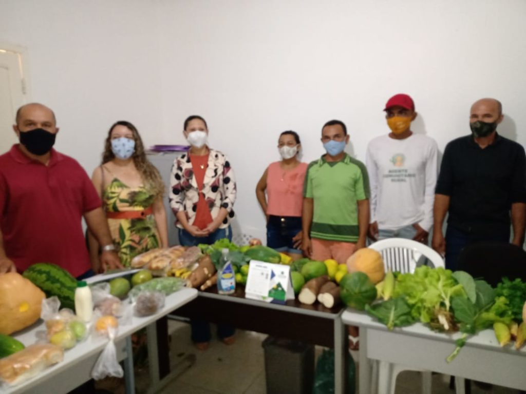 Agricultores familiares de Campo Alegre de Lourdes apresentam produtos para a comissão local do PNAE